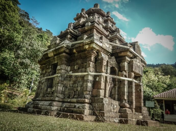 hike-to-selogriyo-temple-on-the-slopes-of-sumbing-vulcano