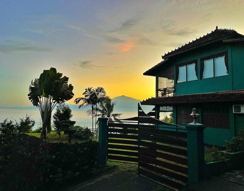 Villa-Borobudur-Temple-Resort-Luxury-Hotel-Java-Indonesia-Merbabu-Outside-view