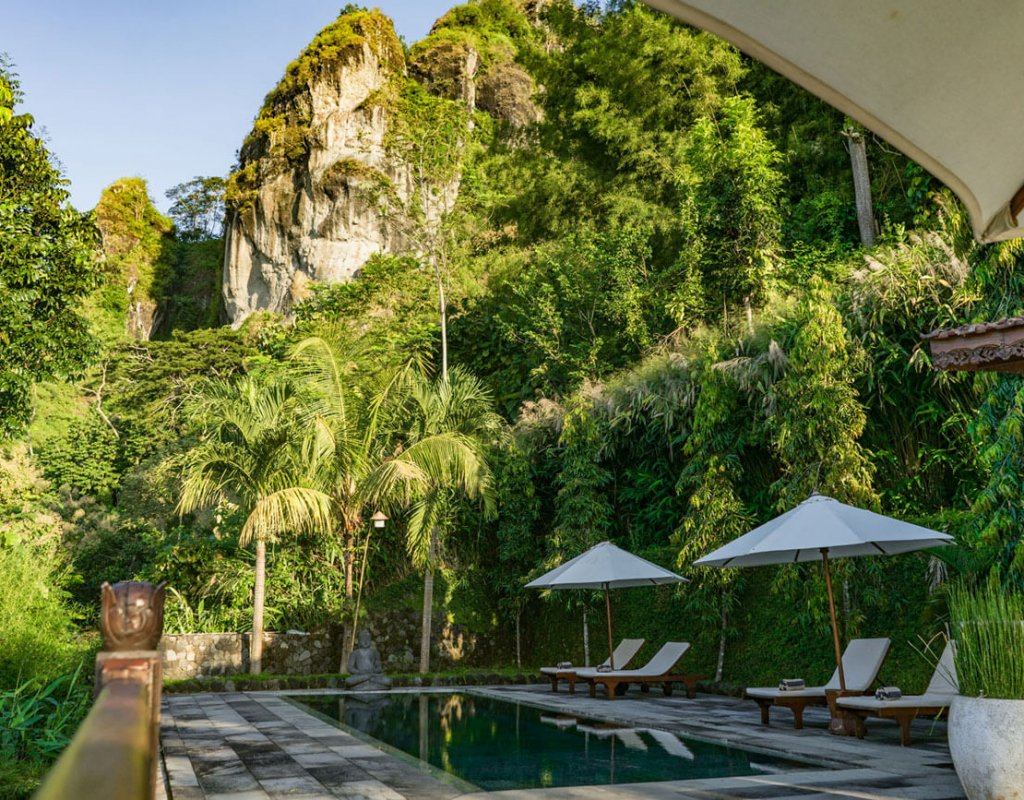 Villa-Borobudur-Temple-Resort-Luxury-Hotel-Java-Indonesia-kayangan_Outside-mountain